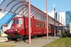 Motorový vůz M 290.002 (označený jako M 290.001) před muzeem Tatry v Kopřivnici